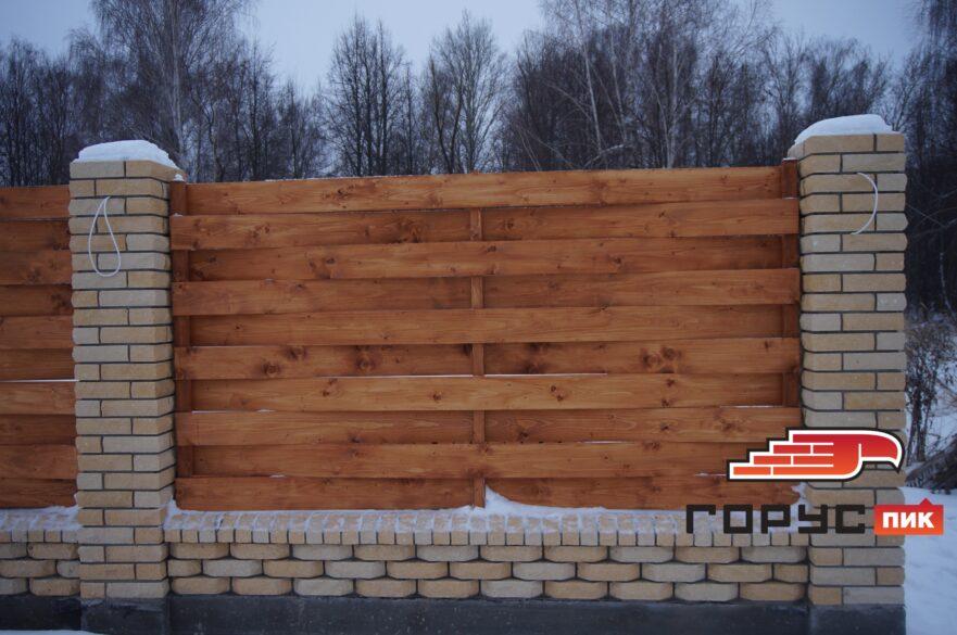 Этот забор мы публиковали один раз осенью, тогда он был в стадии строительства.