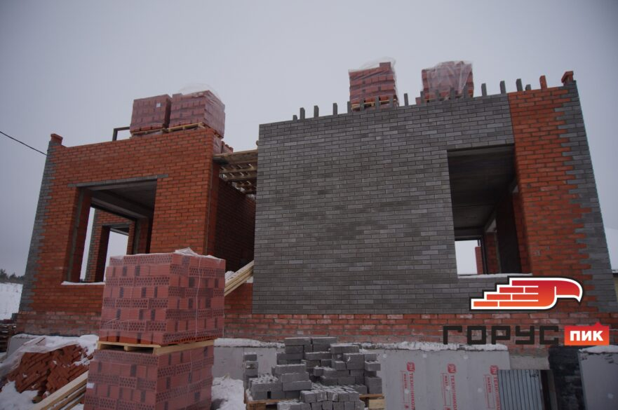 Продолжается зимнее строительство в посёлке Самосырово город Казань.