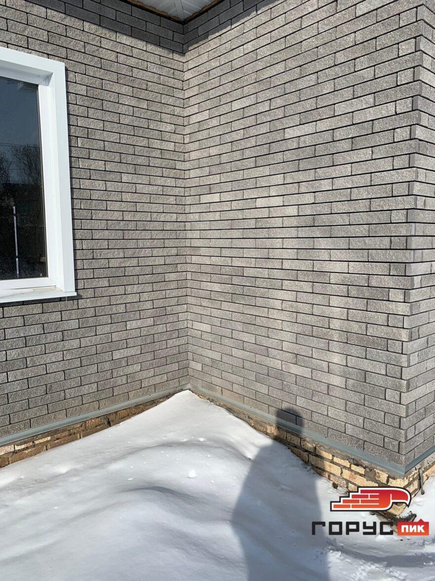 """Фасад дома облицованный гиперпрессованной плиткой """"Горус"""" цвета: графит, в текстуре """"бархат""""."""
